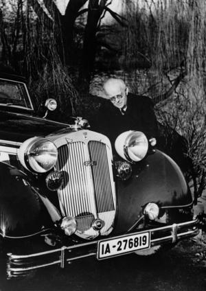 August Horch im Jahre 1936, Mitglied des Aufsichtsrates der Auto Union AG mit Horch 853 Sport Cabriolet