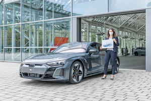 """""""Der schönste Job in der Audi-Welt"""": Team des Audi Forum Ingolstadt übergibt ersten RS e-tron GT"""