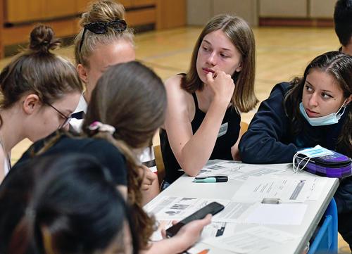 Allianzen für den Klimaschutz: Schüler_innen und Azubis entwickeln Strategien zum Erreichen des Zwei-Grad-Ziels bei Klimakonferenz-Simulation