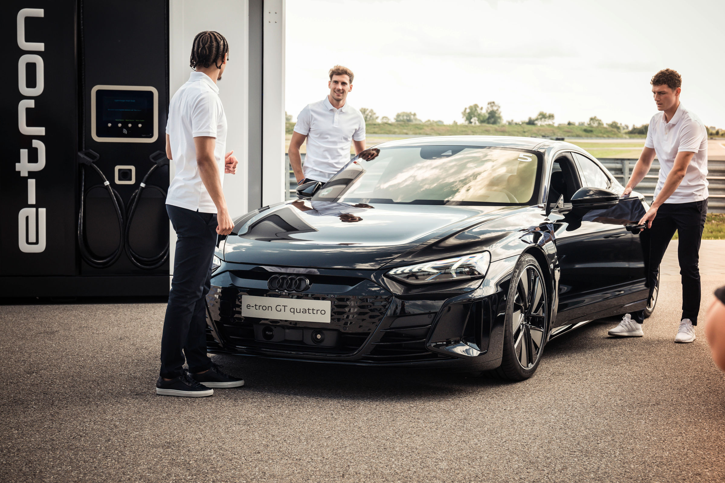 Electrification 2.0: pros from FC Bayern receive Audi e-tron GT - Image 1
