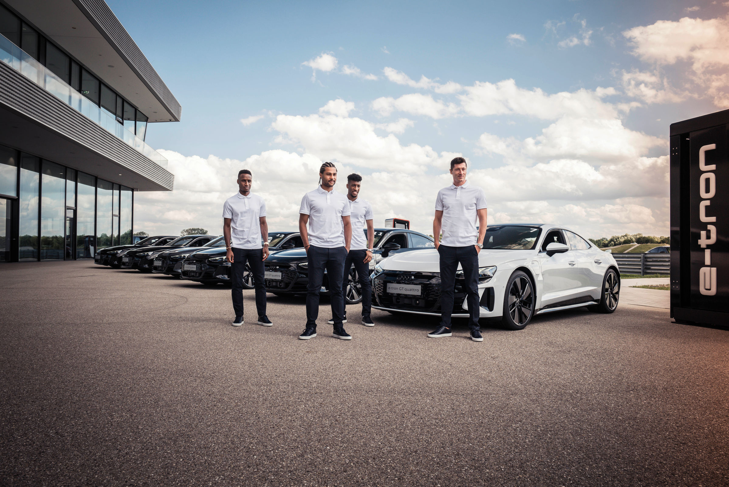 Electrification 2.0: pros from FC Bayern receive Audi e-tron GT - Image 2