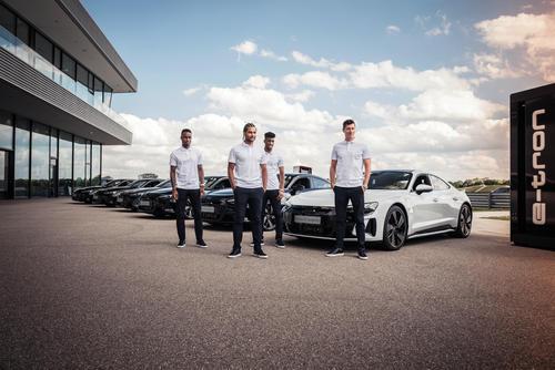 Electrification 2.0: pros from FC Bayern receive Audi e-tron GT