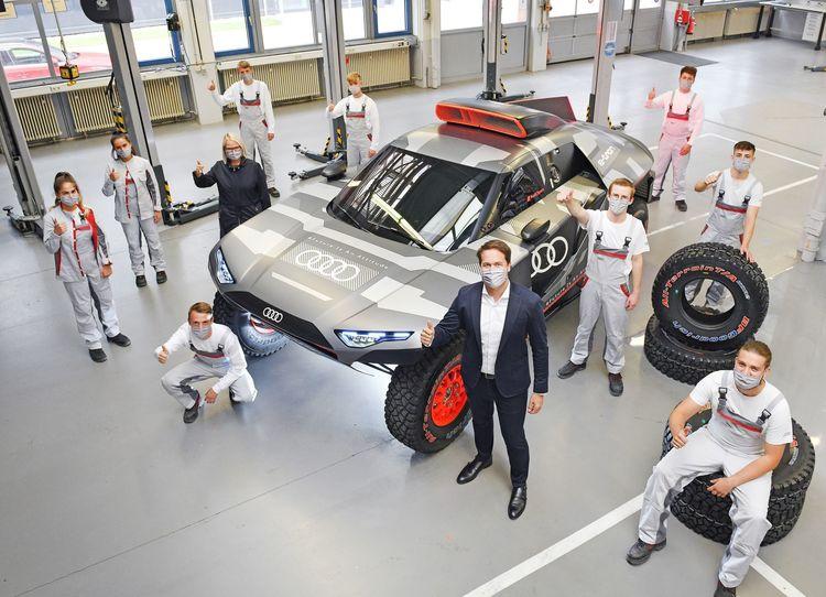 Auszubildende fertigen Showcar des Audi RS Q e-tron