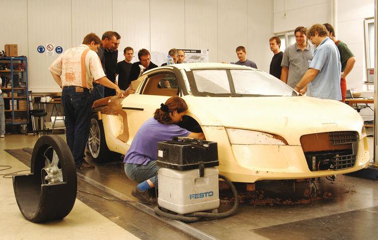 Making of des Audi Le Mans quattro: Designer und Techniker in der Werkstatt am Auto
