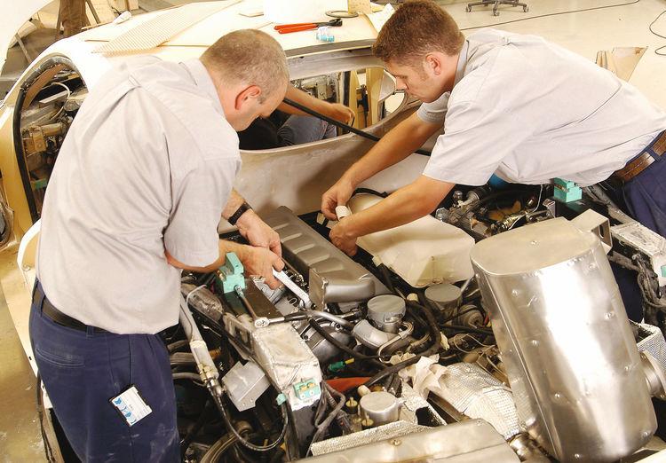 Making of des Audi Le Mans quattro: Das 5-Liter-V10-Aggregat wird eingebaut