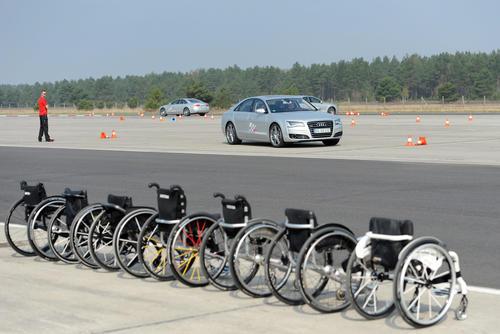 Rollstuhl-Basketballerinnen zu Gast bei Audi driving experience