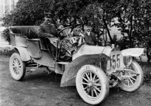 August Horch (am Fahrzeug lehnend) nach Sieg der Herkomer-Fahrt von 1906 mit Horch 11/22 PS, 2,7-Liter-Vierzylindermotor in Reihe
