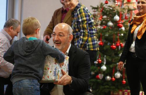 Audianer beschenken benachteiligte Kinder
