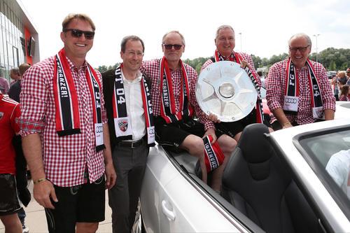 Cheftrainer Ralph Hasenhüttl, Axel Strotbek, Frank Dreves und Dr. Martin Wagener (Audi), Peter Jackwerth (FC Ingolstadt)