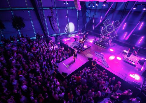 Das Pop-Duo Glasperlenspiel am 11. Juli vor 1.300 Besuchern im Audi Forum Neckarsulm.