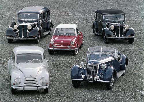 Audi Historie auf einen Blick: Horch 830 BL, 1938; DKW3=6 (F91), 1953; NSU Prinz 30, 1959; Wanderer W25K, 1937; Audi Front 225, 1936 (von links nach rechts).