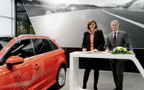 Staatsministerin Aigner: Förderbescheid für Qualifizierungskonzept bei Audi übergeben
