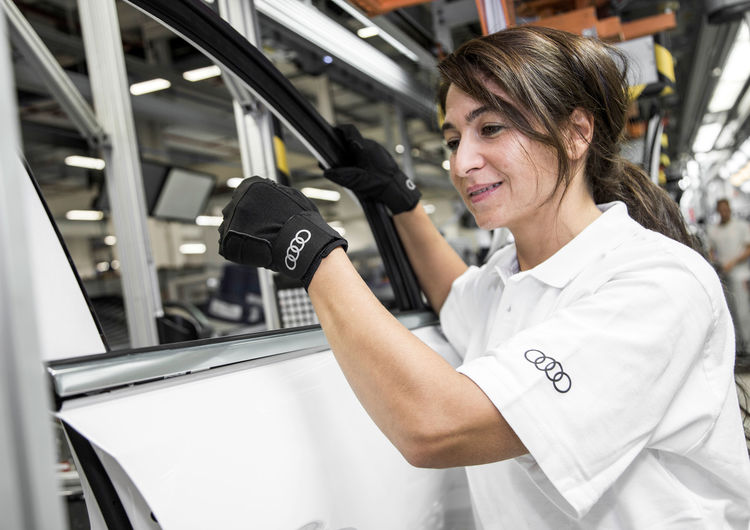 Medical gloves for improved ergonomics in production at Audi