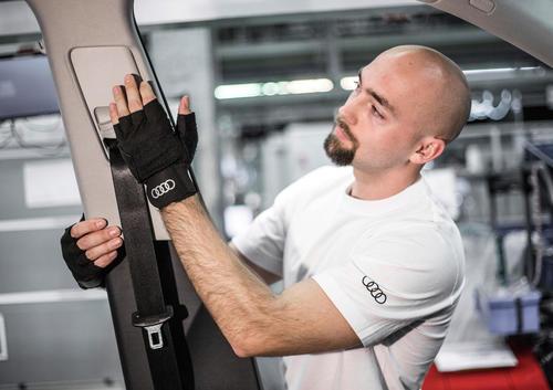 Medizinischer Handschuh für verbesserte Ergonomie in der Audi Produktion