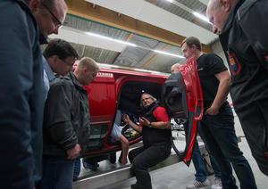 Audi stellt sich für Feuerwehr auf den Kopf:  Schulung am Rettungssimulator in Neuburg
