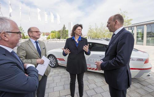 Bayerische Staatsministerin Ilse Aigner pilotiert mit Audi unterwegs