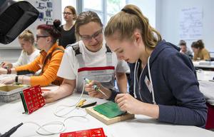 Junge Forscherinnen entdecken Audi