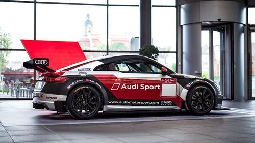 Audi TT cup schmückt das Audi Forum Neckarsulm