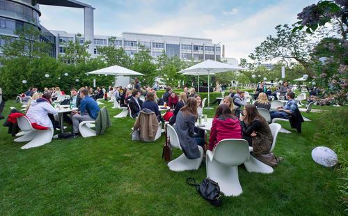 "Vor der Audi Late Light Show: ""Summer Sounds"" - entspannter Abend in toller Atmosphäre am Audi Forum Ingolstadt."