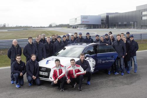 Die Mannschaft des ERC mit den DTM-Piloten Mike Rockenfeller und Miguel Molina