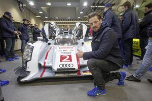 Timo Pielmeier, Torwart des ERC und der Deutschen Nationalmannschaft, vor dem Audi R18 e-tron quattro