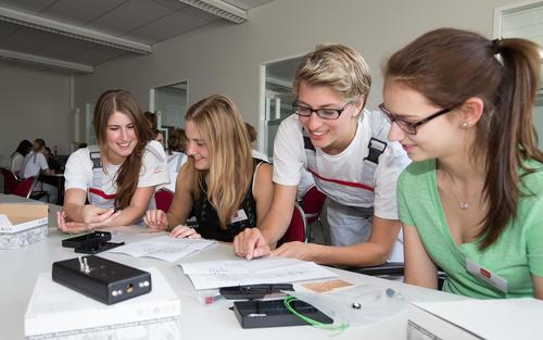"""""""Forscherinnen-Camp"""" bei Audi –  Mädchen für den Ingenieurberuf begeistern"""