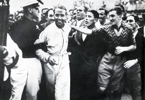 Also internationally popular: Bernd Rosemeyer after his victory for Auto Union in the 1937 Coppa Acerbo at Italy's Pescara