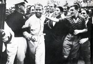 Auch international umjubelt: Bernd Rosemeyer nach seinem Sieg für Auto Union bei der Coppa Acerbo 1937 im italienischen Pescara