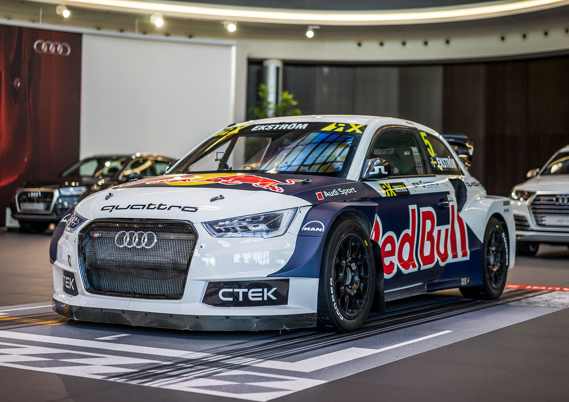 Weltmeister Ekström und FIA-Rallycross-Siegerauto im Audi Forum Neckarsulm