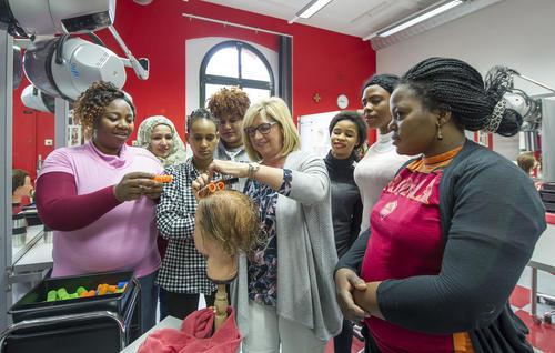 Audi-Flüchtlingshilfe: Berufsschulklasse für junge Frauen in Ingolstadt erfolgreich gestartet