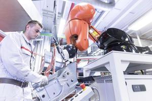 Neue Mensch-Roboter-Kooperation in der Audi-Produktion