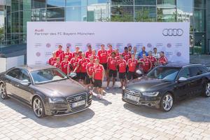 Die Mannschaft des FC Bayern München auf der Audi Piazza in Ingolstadt