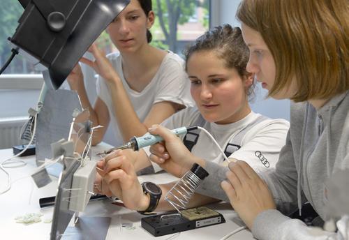 """""""Forscherinnen‑Camp"""" bei Audi"""