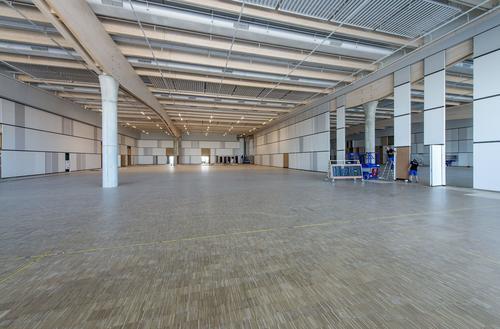 Ein imposanter Versammlungsraum mit einem weitläufigen Blick auf das Audi-Werk ist fast fertig