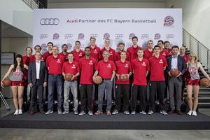 Spieler und Trainer des FC Bayern Basketball