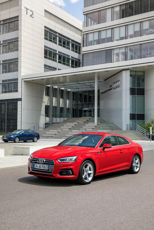 Audi S5 Coupé vor dem SE-Gebäude der Technischen Entwicklung am Audi-Stammsitz in Ingolstadt