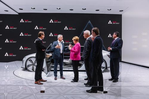 IAA Frankfurt: Bundeskanzlerin Dr. Angela Merkel besucht den Messestand der AUDI AG