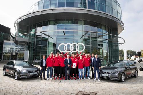 Basketballer des FC Bayern fahren Audi