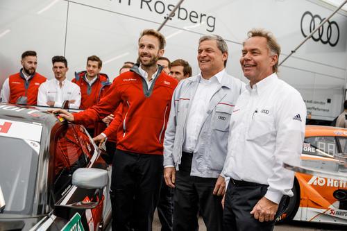 Mitarbeiter und Fans bei Audi Forum Neckarsulm