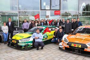 Mitarbeiter und Fans bei Audi Forum Ingolstadt