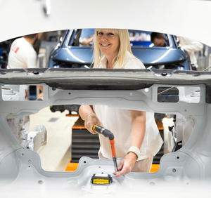 Audi Brussels: Fitting of an airbag control unit on the Audi A1