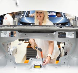 Audi Brussels: Verschraubung eines Airbag-Steuergeräts am Audi A1
