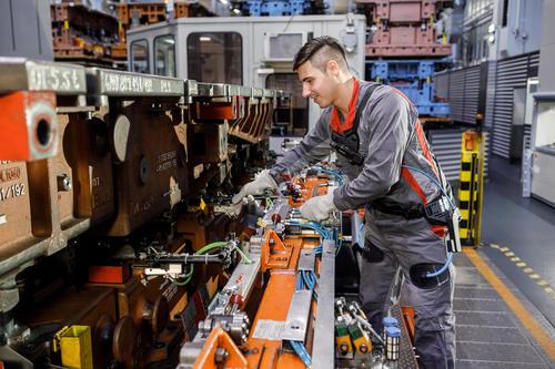 Audi-Produktion: Rückenschonend arbeiten mit dem Exoskelett