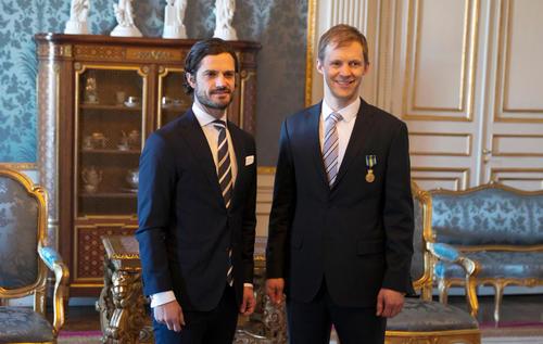 Prince of Sweden honors Mattias Ekström