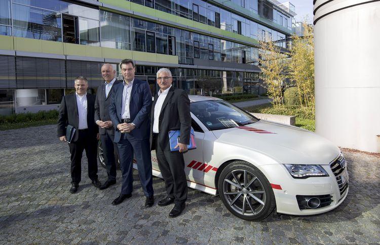 Bayerischer Ministerpräsident Dr. Markus Söder testet den Autobahnpiloten