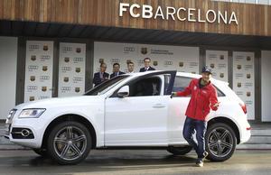 Feine Technik für feine Füße: Die Fußballstars des FC Barcelona haben eine Autoübergabe der anderen Art erlebt.