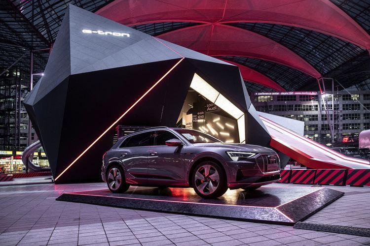Audi e-tron schlägt am Flughafen München voll ein