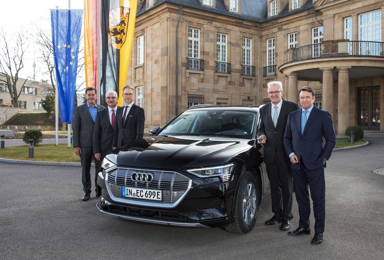 Bram Schot, Vorsitzender des Vorstands der AUDI AG, überreichte den Schlüssel eines Audi e-tron an den baden-württembergischen Ministerpräsidenten Winfried Kretschmann für Probefahrten