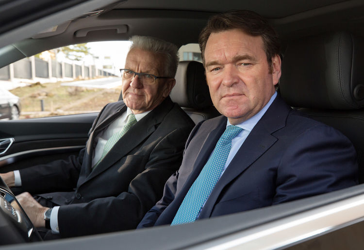 Bram Schot, Chairman of the Board of Management of AUDI AG, handed over the keys of an Audi e-tron, which the Minister-President of Baden-Württemberg, Winfried Kretschmann (left), will test drive.
