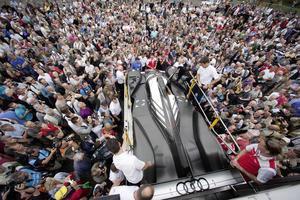 Audi präsentiert neuen R18 im Stadtverkehr von Le Mans